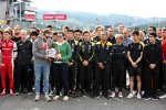 Gedenkminute für den verstorbenen Anthoine Hubert. Seine Mutter und sein Bruder halten den Helm des französischen Formel-2-Fahrers.