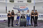 Chase Elliott (Hendrick) mit Alan Gustafson und den Monster-Girls
