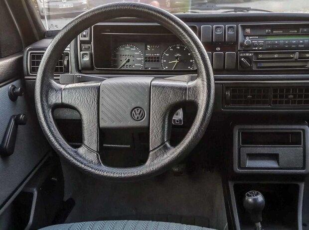 Innenraum und Cockpit des VW Golf II von 1990