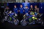 Maverick Vinales und Valentino Rossi mit dem Team