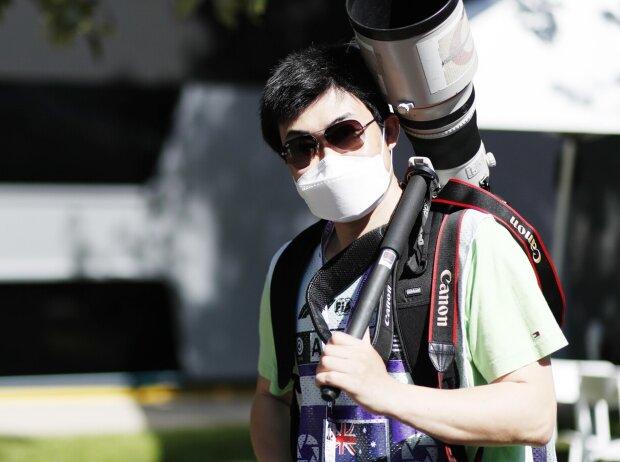 Fotograf mit Gesichtsmaske