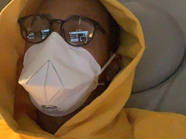 Lewis Hamilton trägt auf dem Flug nach Australien eine Corona-Schutzmaske