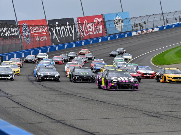 Pace-Laps in Five-Wide-Formation mit Jimmie Johnson an der Spitze