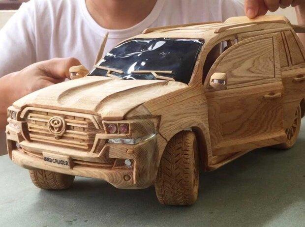 Holzschnitzerei: TOYOTA Land Cruiser V8 2020