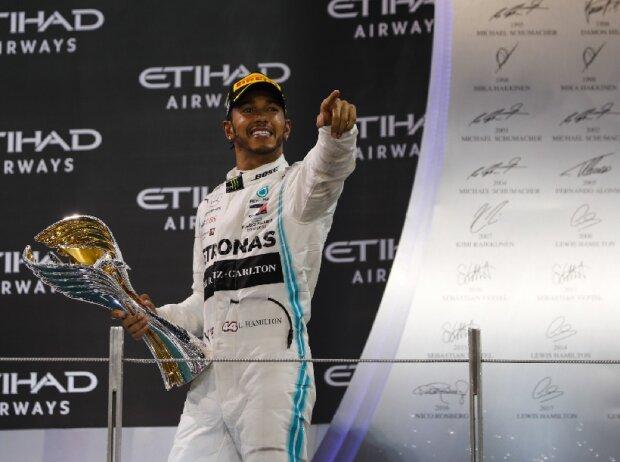 Lewis Hamilton, mit Pokal
