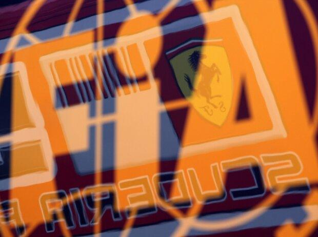 FIA-Logo und Ferrari-Logo