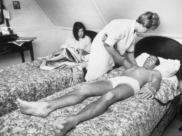 Jackie Stewart mit Osteopathin und Frau Helen