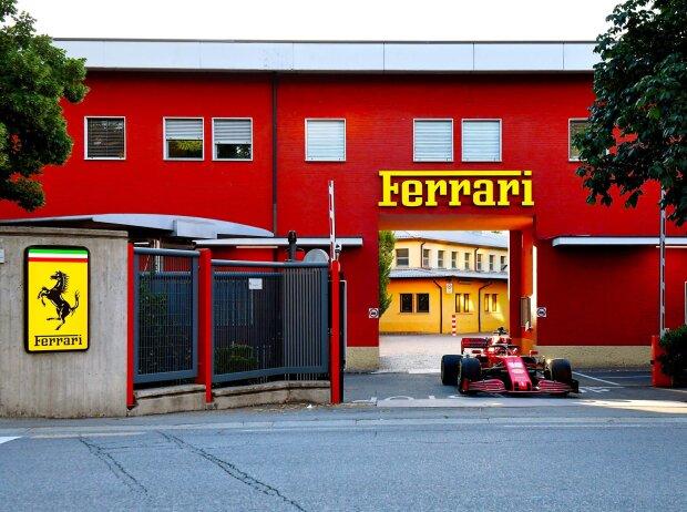 Charles Leclerc fährt aus der Ferrari-Fabrik (Gestione Sportiva) in Maranello