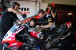 Die Barni-Crew arbeitet an Leon Camiers Ducati
