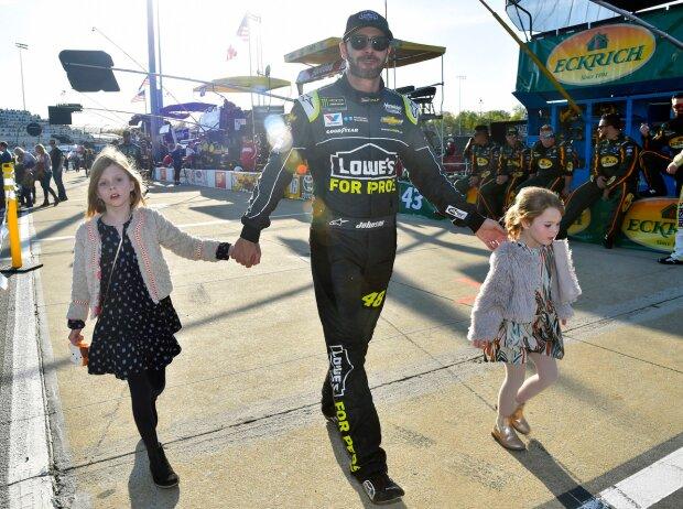 Jimmie Johnson mit seinen Töchtern Genevieve und Lydia