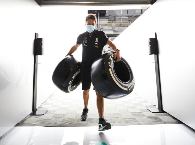 Mechaniker mit Formel-1-Reifen