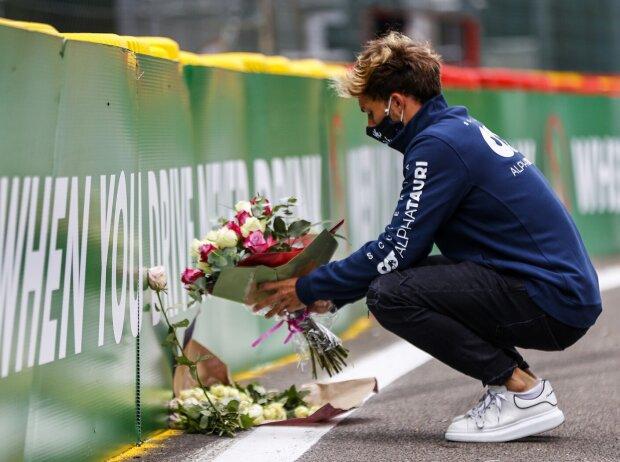 Pierre Gasly legt Blumen nieder am Unfallort von Anthoine Hubert in Spa