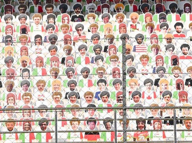 Pappfiguren auf der Tribüne in Monza