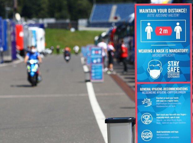 COVID-19-Sicherheitshinweis im MotoGP-Fahrerlager