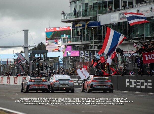 Der Hyundai i30 Fastback N, flankiert von den beiden Hyundai-TCR-Rennwagen, überquert die Ziellinie der 24h vom Nürburgring 2020