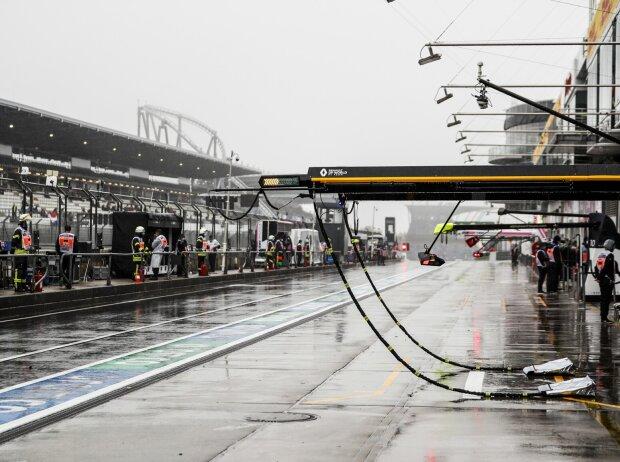 Die verregnete Boxengasse am Nürburgring 2020