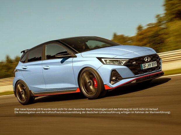 Dreiviertelansicht der Front und der rechten Seitenansicht des Hyundai i20 N 2020, der schnell auf einer Rennstrecke fährt