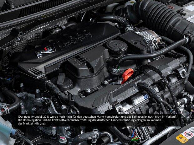 Der Motor des Hyundai i20 N 2020 von schräg rechts oben fotografiert