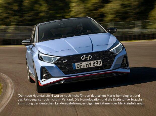 Frontansicht des Hyundai i20 N 2020, der sich schnell in einer Kurve auf einer Rennstrecke bewegt