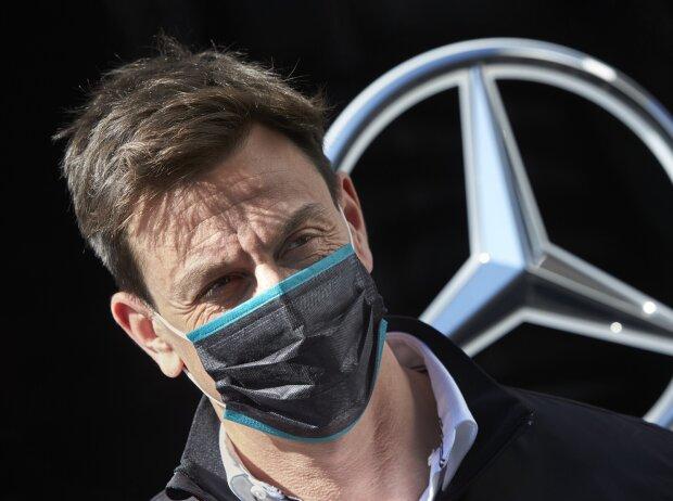 Toto Wolff vor Mercedes-Stern