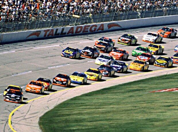 Renn-Action beim Winston 500 in Talladega 2000: Dale Earnhardt führt