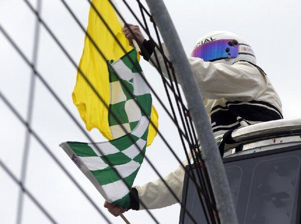 Flaggen: Grün/Weiß Kariert für Stage-Ende und Gelb für Stage-Caution