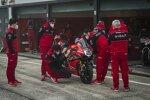 Ducati-Mechaniker arbeiten an der Panigale V4R von Rinaldi