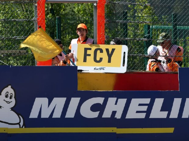 Streckenposten, Sportwart, FCY, Full-Course-Yellow, Gelbe Flagge