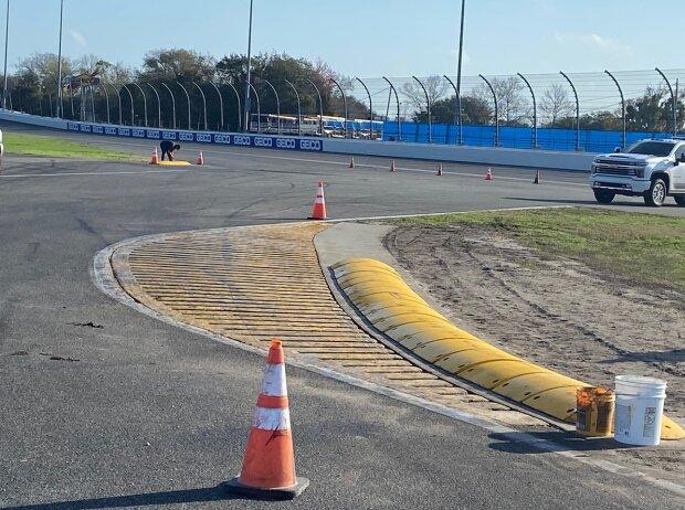Neue Randsteine in der Bus-Stop-Schikane auf dem Daytona-Rundkurs