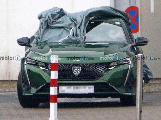 Peugeot 308 (2021) fast ungetarnt auf Erlkönigbildern