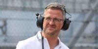 Ein Foto von Ralf Schumacher mit großen schwarzen Kopfhörern