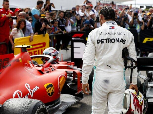 Lewis Hamilton inspiziert den Ferrari von Charles Leclerc