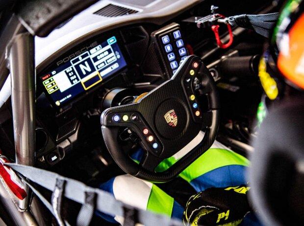 Blick ins Cockpit eines Autos des Porsche Carrera Cup Deutschland
