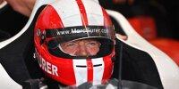 Marc Surer mit Helm in einem Rennwagen