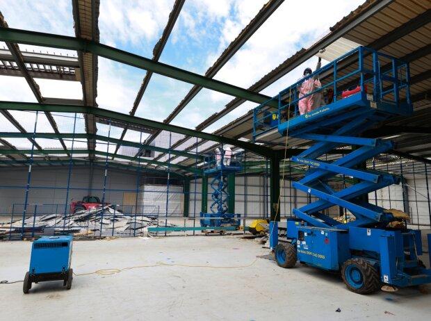 Umbauarbeiten am neuen Red-Bull-Powertrains-Campus in Milton Keynes, Großbritannien