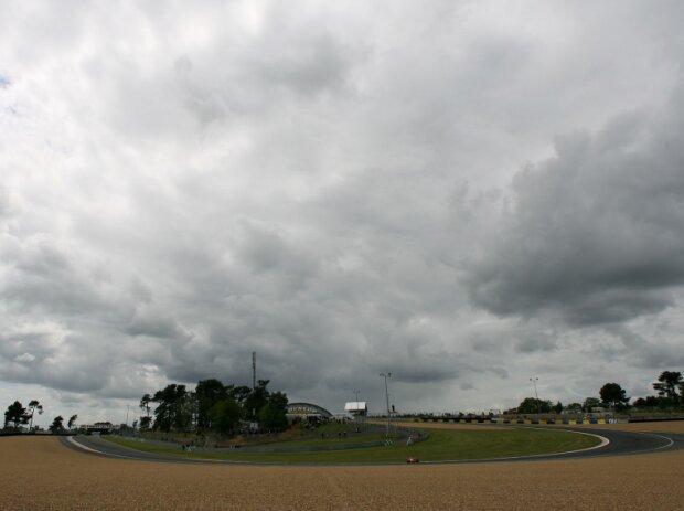 Dunkle Wolken über dem Bugatti-Circuit in Le Mans