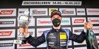 Luca Engstler bejubelt den Sieg in der TCR Germany in Oschersleben 2021