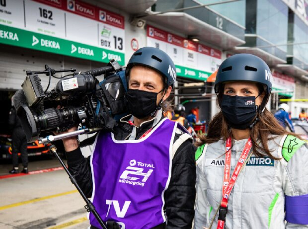 Kameramann und Reporterin des TV-Senders Nitro in der Boxengasse des Nürburgrings