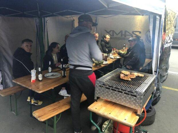 Ollis Garage Racing, Grillen