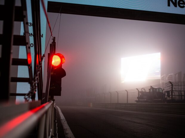 Boxenampel auf rot im Nebel