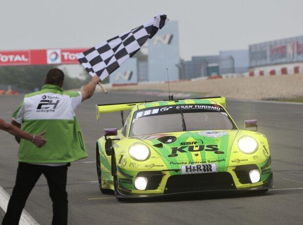 Manthey-Porsche #911 bei der Zieldurchfahrt des 24h-Rennen Nürburgring 2021