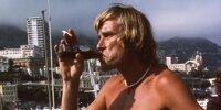 Formel-1-Weltmeister James Hunt mit Getränk und Zigarette in Monaco