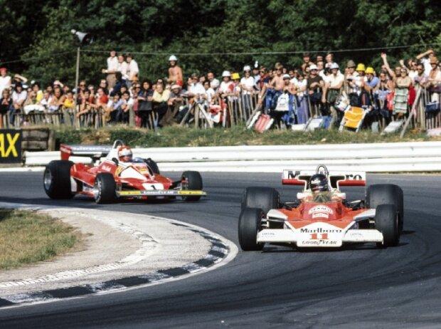 James Hunt im McLaren vor Niki Lauda im Ferrari, 1976