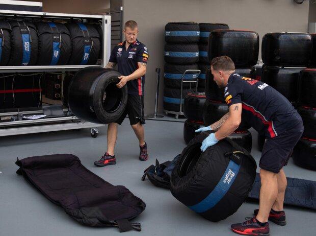 Red-Bull-Mitarbeiter mit Pirelli-Reifen und Heizdecken