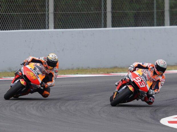 Die Honda-Piloten Pol Espargaro und Marc Marquez auf der Strecke.