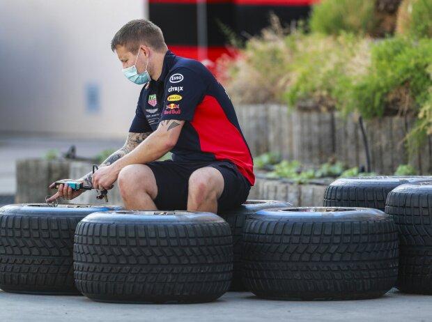Ein Red-Bull-Mitarbeiter misst den Reifendruck der Pirelli-Regenreifen