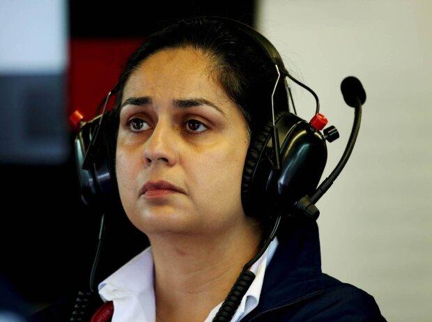 Monisha Kaltenborn mit Kopfhörern