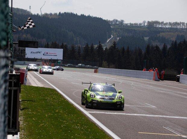 Laurin Heinrich fährt in Spa-Francorchamps über die Ziellinie beim Porsche Carrera Cup Deutschland 2021