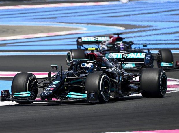 Valtteri Bottas vor Lewis Hamilton im ersten Freien Training zum Grand Prix von Frankreich in Le Castellet 2021