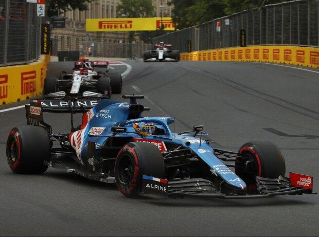 Fernando Alonso (Alpine) vor Kimi Räikkönen (Alfa Romeo) beim Formel-1-Rennen in Baku
